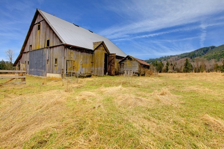 old fence: Build in 1907 old barn in Ashford, near Mt.Ranier, Washington State Stock Photo