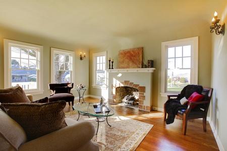 designers interior: Pareti verdi, i toni beige e accogliente camera in stile artigiano soggiorno.