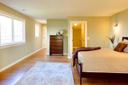 Modern fresh bedroom wtih oak floor and browns bedding Stock Photo - 12312236