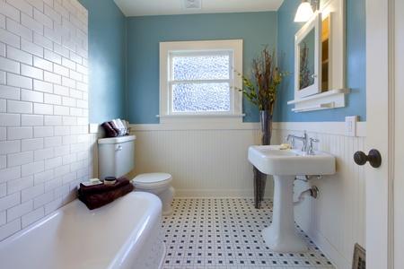 salle de bains: Salle de bains de luxe dans une vieille maison � Tacoma, WA