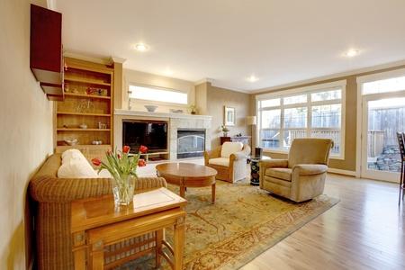 깔개: 좋은 가구와 골드 색상으로 넓은 거실.