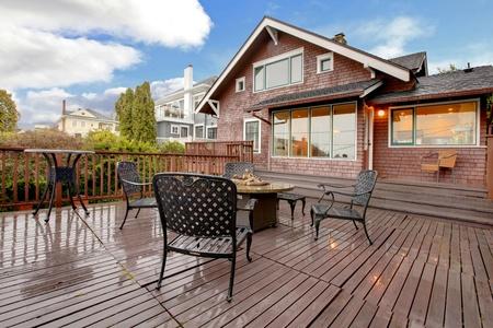 Browns huis met groot terras en tuinmeubilair.