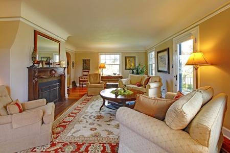 designers interior: Ampio soggiorno accogliente con sedie rosse e beige Archivio Fotografico