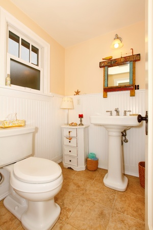powder room: Sala de amarillo polvo de color blanco