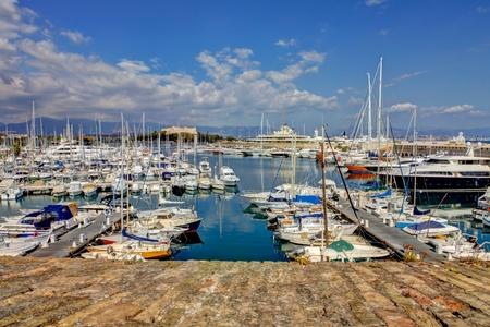 boast: Vista dalla strada di Antibes, in Francia. Porto con barche e yacht.