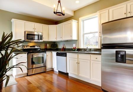 твердая древесина: Простой и небольшой новый зеленый кухня Фото со стока