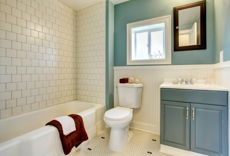 bathroom tiles: Classic simple blue bathroom with white tile