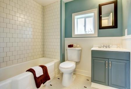 salle de bains: Classique salle de bains simple bleu avec des tuiles blanches
