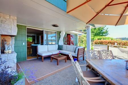 房子外部有沙发和桌子的客厅。