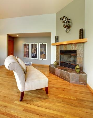Living room interior con il bianco ed elegante sedia, camino e pareti verdi. Archivio Fotografico