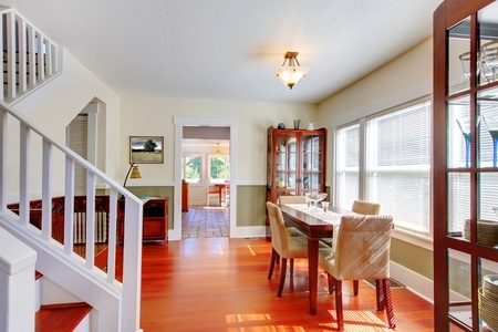 Cozy charming dining room in small American house with classic design. 版權商用圖片 - 12621431