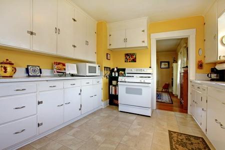 Gezellige eenvoudige witte Engels keuken interieur. Stockfoto