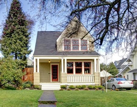 artesano: Verde casa de estilo artesano con el coche de plata. Foto de archivo