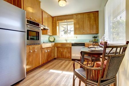 updated: Linda vieja cocina actualizada con azulejos azules y piso de madera dura nueva. Foto de archivo