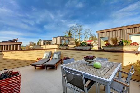 apartment market: Edificio de apartamentos del techo terraza exterior con zona de la vida moderna.