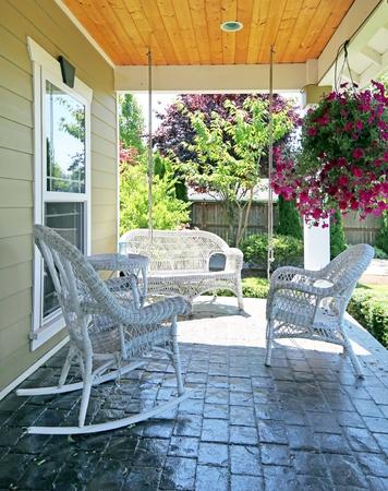 front porch: Porche delantero con muebles de color blanco al aire libre y las flores.