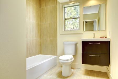 piastrelle bagno: Nuovo bagno moderno giallo con piastrelle beige e cabinet marrone. Archivio Fotografico