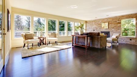 Hermosa moderna gran salón luminoso con suelo oscuro y la pared de piedra. Foto de archivo - 13122540