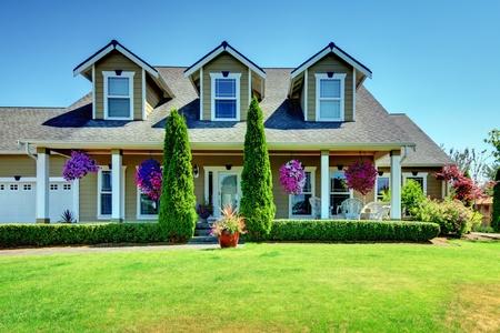 American Country Farm Luxus-Haus mit Terrasse und schönen Blumen.