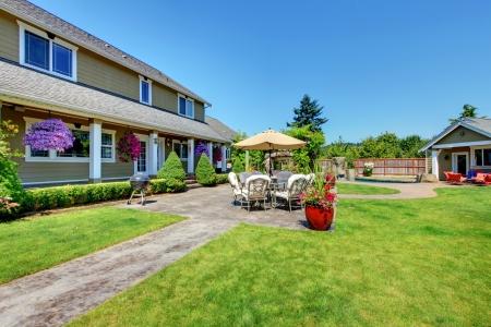 American Land boerderij luxe huis met veranda en mooie bloemen. Stockfoto