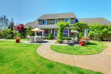 house: American Land boerderij luxe huis met veranda en mooie bloemen. Stockfoto