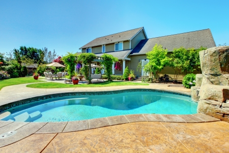 бассейн: Американская страна ферма роскошный дом с крыльцом и красивые цветы.