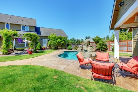American Country Farm Luxus-Haus mit Terrasse und schönen Blumen. Standard-Bild