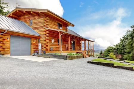 Große Blockhütte mit Terrasse, Garage und Wald. Standard-Bild