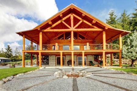 cabaña: Cabaña de madera grande con gran porche y círculo de fuego