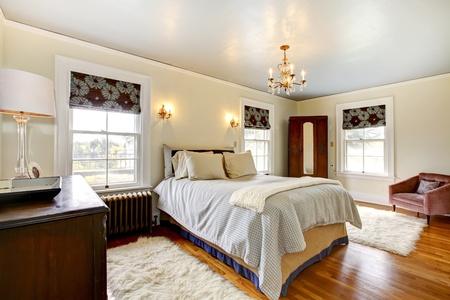 Beautiful qntique elegant bedroom inter.  Stock Photo - 13352894