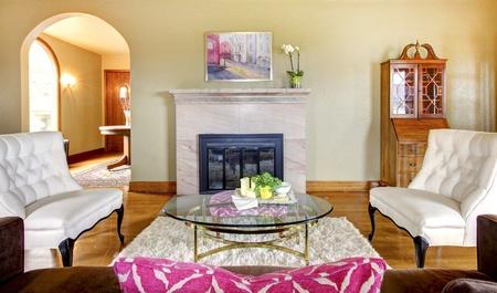 Oro elegante y chimenea de color rosa en el interior de sala de estar con sillas blancas. Foto de archivo - 13352878