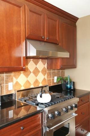 estufa: Cocina de lujo de madera con acero inoxidable estufa y la olla de té blanco. Foto de archivo