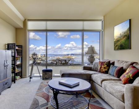 sala de estar: Sal�n con sof� beige y mobiliario moderno. Foto de archivo