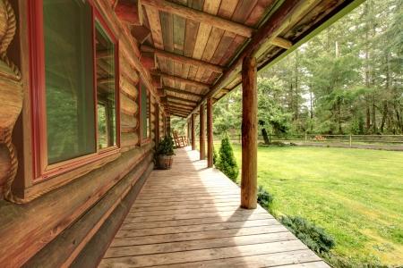 cabaña: Cabaña de madera porche Rustin antiguo con sillas.