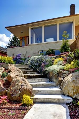 case moderne: Una casa esterno storia moderna con scala e fiori. Archivio Fotografico