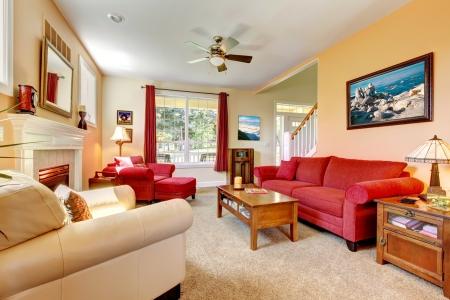Acogedor melocotón clásico y habitación roja hermosa vida con chimenea.