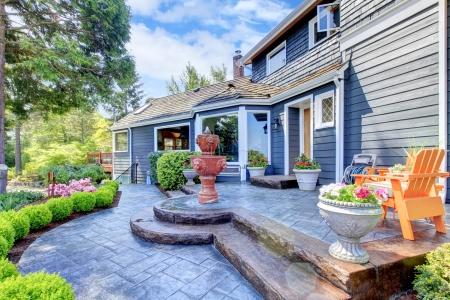 ribetes: La casa azul con bonito patio y una fuente nueva de flores.