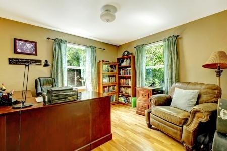 muebles de oficina: Ministerio del Interior de lujo interior con paredes verdes y madera. Foto de archivo