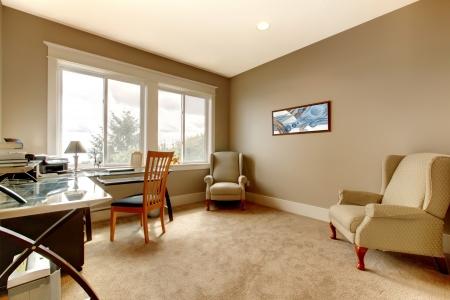 casa: La sala d'nuova Home grande casa con mobili semplici.