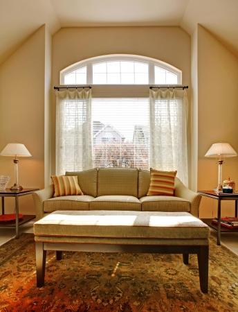 sala de estar: Sal�n con ventana grande y un sof� cl�sico con mesa.