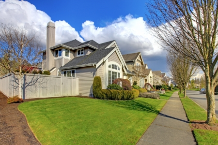 Classic American house in NorthWest and street with fence in the spring. Imagens
