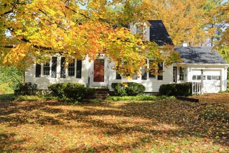Classic New England Amerikaans huis exterieur in wit en zwart. Stockfoto