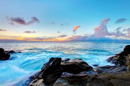 hawaiana: Isla Maui acantilado costa tropical línea con el océano Hawai
