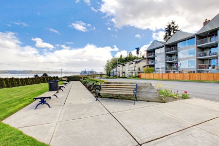 tacoma: Apartment building with walkway with brenches in Tacoma, WA