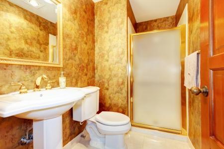 toilet sink: Ba�o de oro antiguo con ba�o de color blanco, lavabo y baldosas de m�rmol Foto de archivo