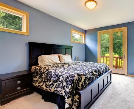 balcony door: Dormitorio azul moderno con la puerta del balc�n y alfombra beige