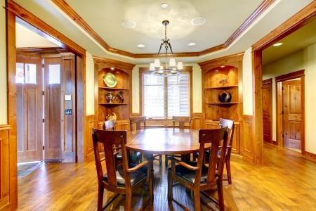 Montagne de luxe à domicile diining chambre avec moulures en bois et de bois franc. Banque d'images - 16662821