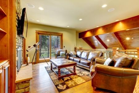 balcony door: Lujo Gran sala de estar con sof� de cuero, TV y puerta del balc�n. Foto de archivo