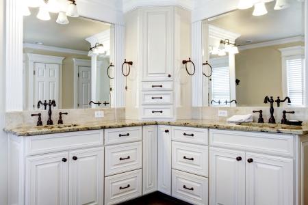 piastrelle bagno: Di lusso di grandi dimensioni, bianco, armadietti da bagno master con doppi lavandini. Archivio Fotografico
