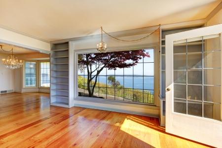 Lege kamers met uitzicht op het water en de grote ramen. Stockfoto